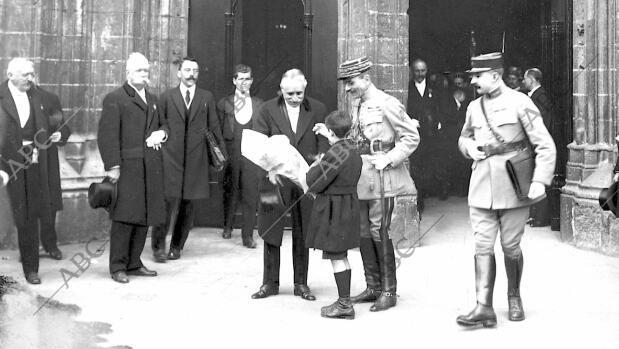 El presidente francés Paul Deschanel recibiendo de manos de un niño un ramo de flores al salir de la catedral de Burdeos